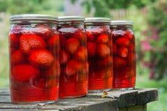 ingeblikte aardbeien op de lijst Stock Foto's