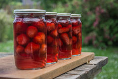 ingeblikte aardbeien op de lijst Royalty-vrije Stock Foto