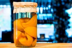 ingeblikte compote van met de hand gemaakte perziken Stock Afbeeldingen