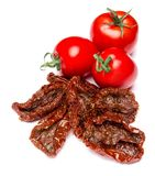 Ingeblikte In de zon gedroogd of droog en freah tomaat op witte achtergrond stock afbeelding