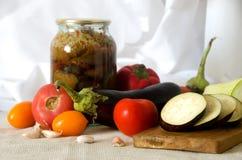 Ingeblikte groenten die de pompoentomaat snijden van de raadsaubergine Stock Foto's