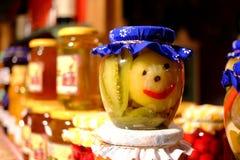 Ingeblikte groenten Smiliesgroenten Het verkopen behoud bij de markt stock afbeeldingen