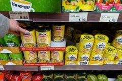 Ingeblikte soep in een supermarkt royalty-vrije stock foto