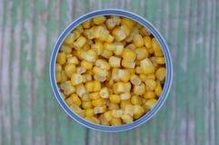 Ingeblikte suikermaïs in een tinblik stock afbeeldingen