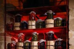 Ingeblikte tomaten en komkommers in blikken stock afbeelding