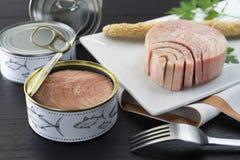 Ingeblikte tonijn op de plaat stock afbeeldingen