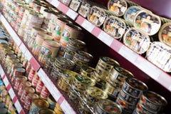 Ingeblikte vlees en visproducten in Russische voedselopslag Stock Afbeelding