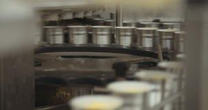 Ingeblikte voedsel geautomatiseerde productielijn stock videobeelden
