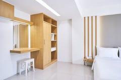 Ingebouwd meubilair, Toilettafel van de hotelflat, slaapkamerbinnenland, spot omhoog stock afbeeldingen
