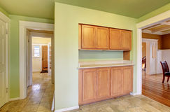 Ingebouwde houten kabinetten. Keukenruimte Stock Fotografie
