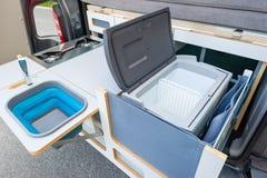Ingebouwde keuken in een bestelwagen stock afbeeldingen