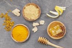 Ingefära, gurkmeja, citron och honungskaka Arkivbild