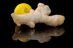 Ingefära och citron på en svart bakgrund Royaltyfri Foto