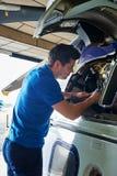 Ingegnere aereo maschio Working On Helicopter in capannone fotografia stock libera da diritti