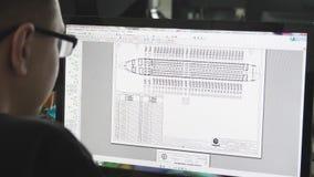 Ingegnere aeronautico al computer La Russia, Novosibirsk 10 07 2017 archivi video