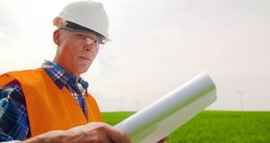 Ingegnere Analyzing Plan While che sta nell'azienda agricola stock footage