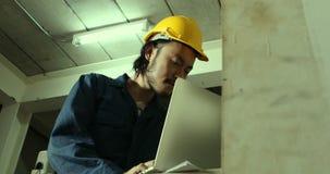 Ingegnere asiatico che lavora nella fabbrica industriale stock footage