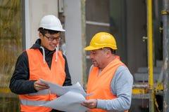 Ingegnere asiatico dell'apprendista sul lavoro sul cantiere con il senior manager Fotografie Stock Libere da Diritti
