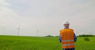 Ingegnere che fa ispezione del mulino a vento stock footage