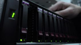 Ingegnere che lavora in un centro dati Inserzione del disco rigido Concetto archivi video