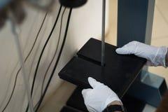 Ingegnere che utilizza i pesi in una prova di laboratorio Fotografia Stock