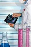 Ingegnere chimico che lavora con la compressa nel laboratorio di chimica Immagine Stock Libera da Diritti