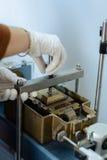 Ingegnere civile che monta un'attrezzatura di prova diretta del taglio per determinazione di parametri del suolo Fotografie Stock Libere da Diritti