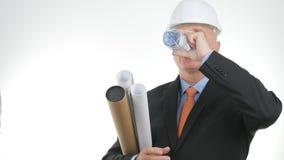 Ingegnere con i piani ed i progetti di costruzione tecnici che beve acqua dolce fotografia stock libera da diritti