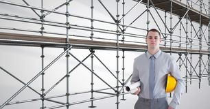 ingegnere con il cappello sul suo braccio davanti all'armatura 3D Fotografia Stock Libera da Diritti