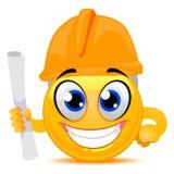 Ingegnere d'uso Cap di Smiley Emoticon mentre tenendo una carta rotolata Immagini Stock Libere da Diritti