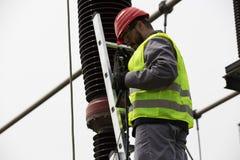 Ingegnere del costruttore dell'elettricista Trasformatore elettrico in una centrale elettrica Fotografia Stock Libera da Diritti