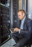 Ingegnere dell'IT che lavora ad un computer portatile Fotografia Stock