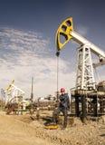 Ingegnere dell'uomo nel giacimento di petrolio Fotografie Stock Libere da Diritti