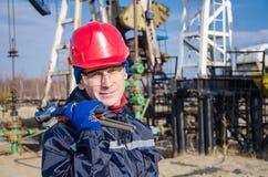 Ingegnere dell'uomo nel giacimento di petrolio Immagini Stock Libere da Diritti