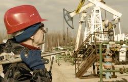 Ingegnere dell'uomo nel giacimento di petrolio Fotografia Stock