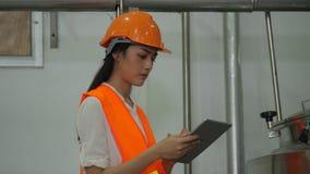Ingegnere della donna che esamina la compressa del computer e che controlla i dati sulla compressa archivi video