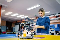 Ingegnere della giovane donna che lavora al progetto di robotica Fotografia Stock