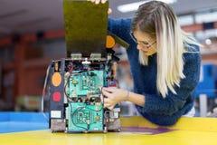 Ingegnere della giovane donna che lavora al progetto di robotica Immagini Stock Libere da Diritti
