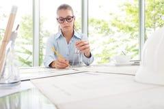 Ingegnere Design Working dell'architetto in ufficio, concetto di progettazione Immagini Stock