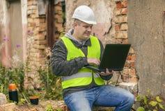Ingegnere di costruzione che lavora con il PC Fotografia Stock Libera da Diritti