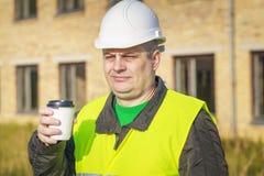 Ingegnere di costruzione con la tazza di caffè Fotografie Stock Libere da Diritti