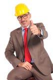 Ingegnere di costruzione senior felice che fa il segno giusto Fotografie Stock