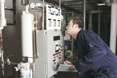 Ingegnere di manutenzione che controlla i dati tecnici di Fotografia Stock
