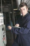 Ingegnere di manutenzione che controlla i dati tecnici di Fotografie Stock Libere da Diritti