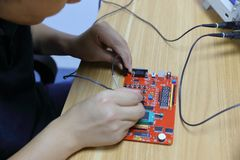 Ingegnere elettronico di Œmale del ¼ del ï del circuito e degli apparecchi elettronici che utilizza oscilloscopio nel laboratorio fotografia stock libera da diritti