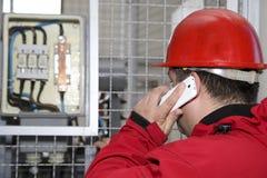 Ingegnere in fusibile ad alta tensione di controllo rosso in centrale elettrica Fotografie Stock