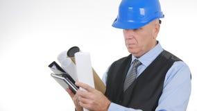 Ingegnere Image Interior Office con i piani ed i progetti a disposizione immagine stock libera da diritti