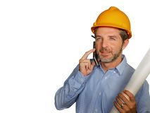 Ingegnere industriale o architetto attraente e riuscito nel casco del costruttore di sicurezza che controlla il modello di proget immagini stock