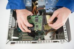 Ingegnere informatico che lavora al CPU rotto Fotografia Stock Libera da Diritti