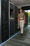 Ingegnere informatico nel centro di calcolo immagine stock